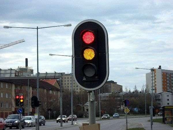 Красный и желтый сигнал светофора