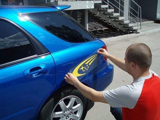 Как подобрать и наклеить виниловые наклейки на свой автомобиль
