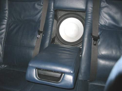Сабвуфер в подлокотнике на заднем сидение