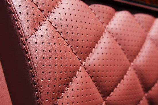 Ровная прошивка нитками при перетяжке салона авто