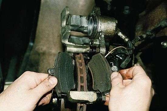 Замена колодок на переднем колесе
