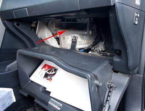 Так производится замена фильтра в Toyota Corolla Фото