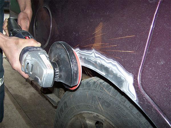 зачистка ржавчины на крыле автомобиля
