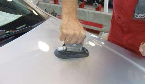 устранение вмятины на капоте машины