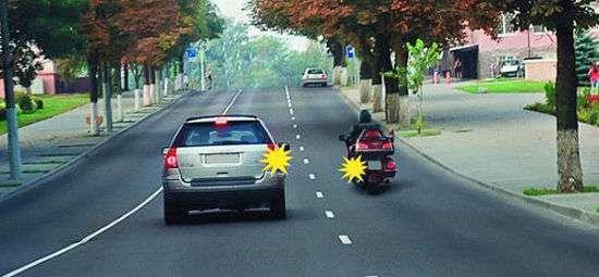 """При одновременном перестроении водитель легкового автомобиля должен уступить, так ка мотоциклист для него """"помеха справа"""". Однако, если бы легковой автомобиль двигался прямо, то он бы имел преимущество, так как двигается без смены направления и мотоциклист должен его пропустить"""