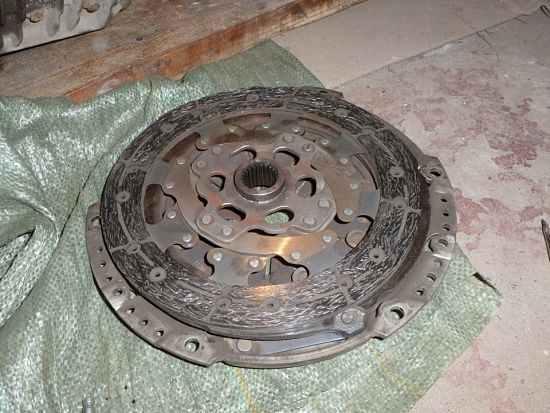 Старый диск сцепления, нуждающийся в замене