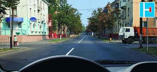 В этом случае водитель грузовика должен проехать перекресток первым, так как для легкового автомобиля он находится справа