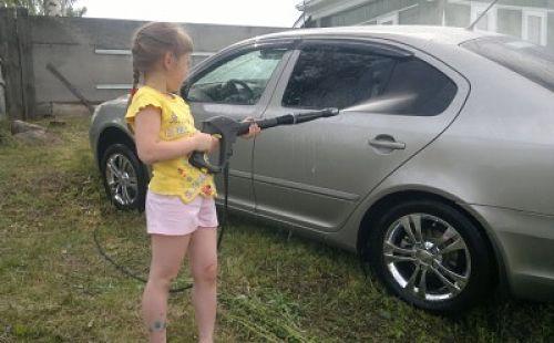 девочка моет машину в частном доме