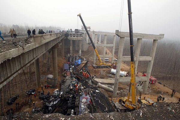 обрушение моста в Китае( Ичан)