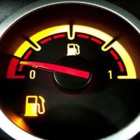 горит лампа уровня топлива в бензобаке