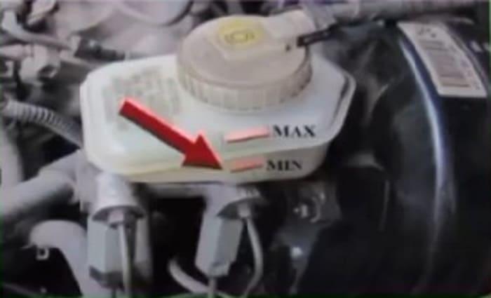 бачок с тормозной жидкостью