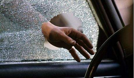 Разбить окно при утере ключа автомобиля