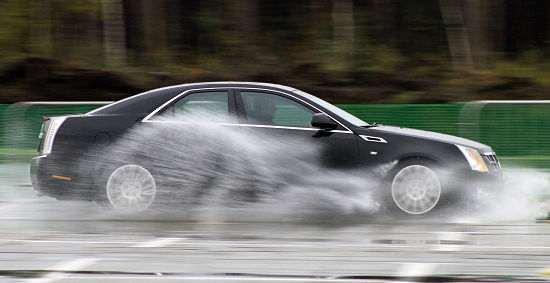аквапланирование машины после дождя