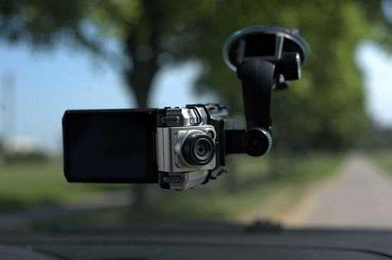 видеорегистратор, установленный в салоне машины на лобовом стекле