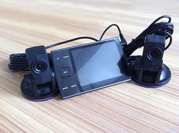 видеорегистратор с двумя камерами в автомобиле