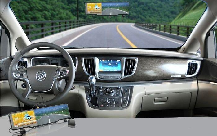 зеркало заднего вида с регистратором в салоне авто