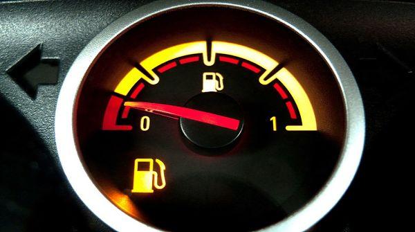горит лампа уровня топлива в бензобаке на панели приборов машины