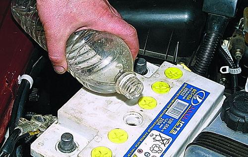 заливка дистиллированной воды в аккумулятор