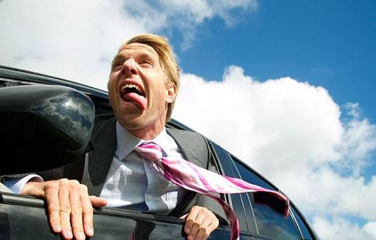 водитель спасается от запаха бензина внутри машины