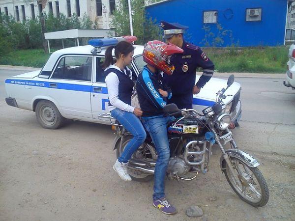 инспектор ГИБДД остановил нарушителей за езду без прав на скутере