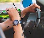 водитель пьет пиво за рулем автомобиля